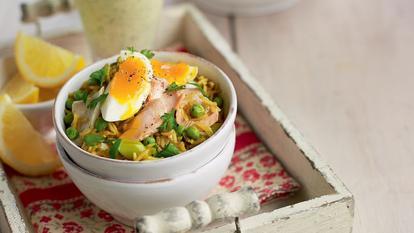 Salată de peşte afumat cu orez, ouă şi legume