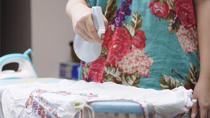 Cum să întinzi hainele șifonate cu ajutorul unui spray preparat în casă?