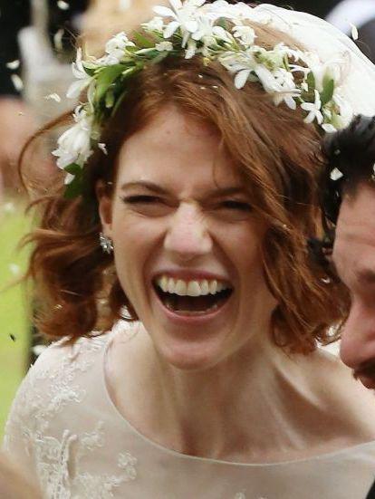 Kit Harington și Rose Leslie râzând în ziua nunții