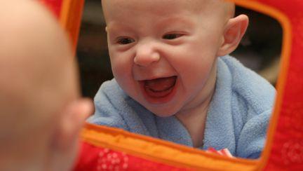 Distracție pentru bebe: jocuri în fața oglinzii