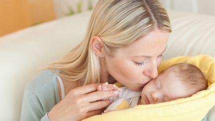 Ajută bebelușul să eructeze