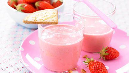 Desert sănătos cu iaurt şi fructe roşii (de la 9 luni)