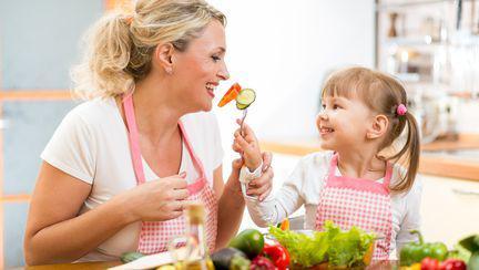 Cum îți înveți copilul să mănânce echilibrat?
