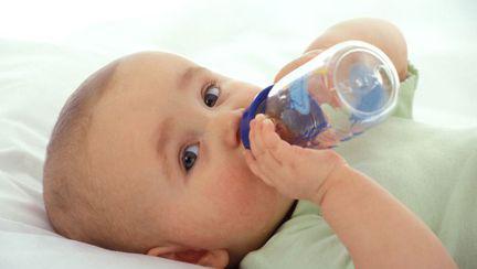 Ce au descoperit inspectorii APC după analiza apei plate folosită pentru bebeluși