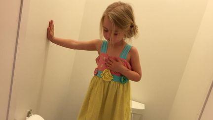O mămică a fost șocată când a descoperit ce făcea fetița ei în baie