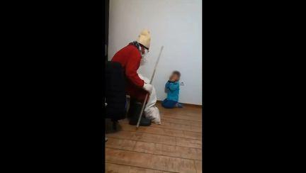 Copil terorizat de mama si concubinul sau, imbracat in Mos Craciun