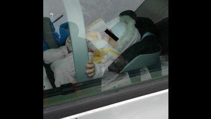 Bebelus lasat singur in masina pentru o ora, in timp ce parintii s-au dus la shopping