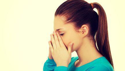 Femeie cu dureri sinuzita