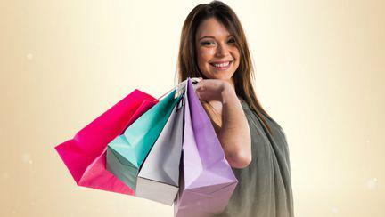 Femeie la cumparaturi