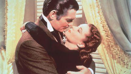 Scena din filmul Pe aripile vantului, cu Vivien Leigh si Clark Gable imbratisati