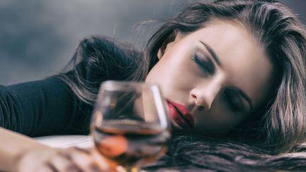 femeie-cu-alcool-in-mana