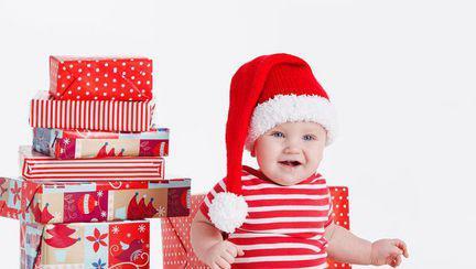 Primul Crăciun cu bebelușul: îi cumpărăm cadou sau nu?