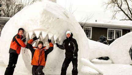 Spectaculos: uite ce rechin au făcut 3 frați, din zăpadă
