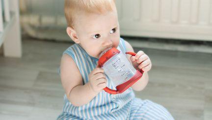 Câtă apă trebuie să bea un bebeluș