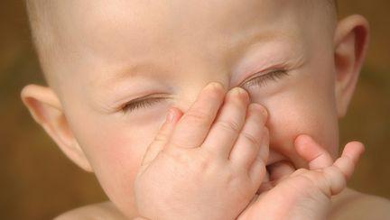 Cum aspiri corect secreţiile nazale ale bebeluşului
