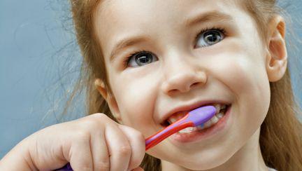 2 greșeli pe care le fac copiii când se spală pe dinți