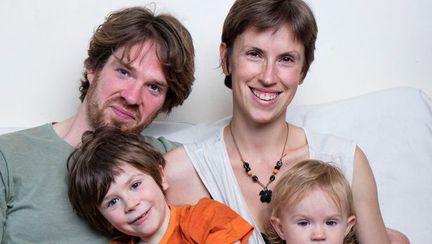Stil de parenting ce naste controverse: fara reguli, fara vaccinuri, fara pantofi