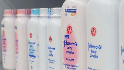 Johnson&Johnson, acuzati ca pudra lor de bebelusi ar contine azbest de zeci de ani