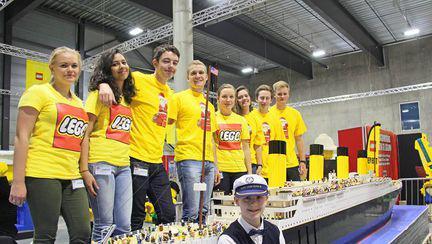 Un baietel autist a construit cea mai mare replica a Titanicului din Lego