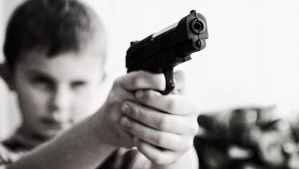 Un copil și-a împușcat mortal mama după ce femeia îl înșelase pe tatăl său