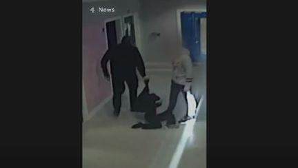 Un copil cu autism a fost lovit cu picioarele de un polițist chiar în școala unde învăța