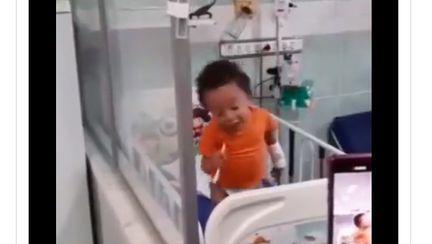 Video Un copilaș bolnav a fost surprins  cântând și dansând pe patul de spital