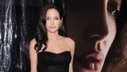 Angelina Jolie alăptează fotografiată de Brad Pitt