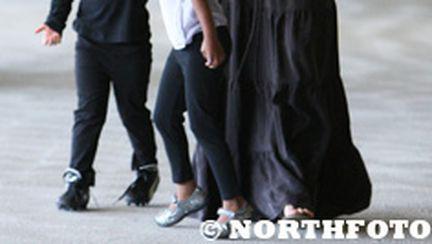 Angelina Jolie se joacă cu fetiţele la mall (galerie foto)