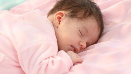 Bebeluşii nu trebuie să doarmă în patul părinţilor!