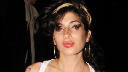 Amy Winehouse şi-a siliconat sânii