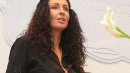 Dai 100 de lei şi pleci în vacanţă cu Mihaela Rădulescu