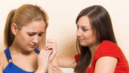 Cum îţi consolezi prietena după o despărţire