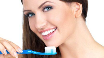 Cum să ai dinţi mai albi cu tratamente naturale