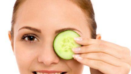 Remedii naturiste pentru ochii obosiţi şi cearcăne