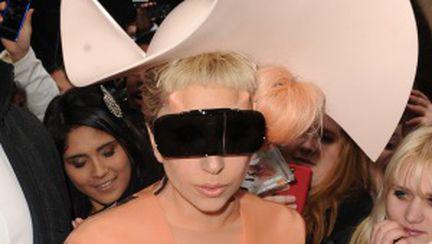 """Video: Lady Gaga s-a deghizat într-un """"prezervativ uman"""""""