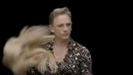 Video: Daniel Craig, îmbrăcat în femeie, împotriva discriminării de gen
