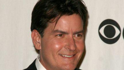 """Charlie Sheen, concediat din """"Doi bărbaţi şi jumătate"""""""