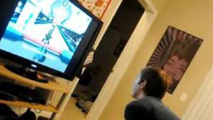 Video: Bărbat care se joacă pe Wii sparge televizorul
