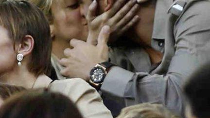 Nu comite aceste gesturi exagerate de afecţiune în public!