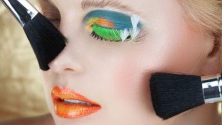 5 culori care nu trebuie să îţi lipsească din machiajul verii