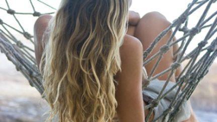Cum să îţi aranjezi părul ud la plajă