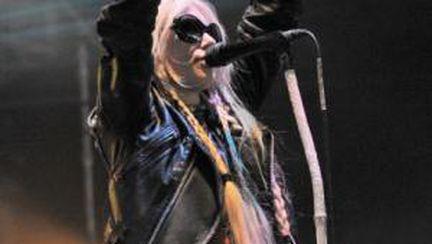 Taylor Momsen în chiloţi pe scenă!