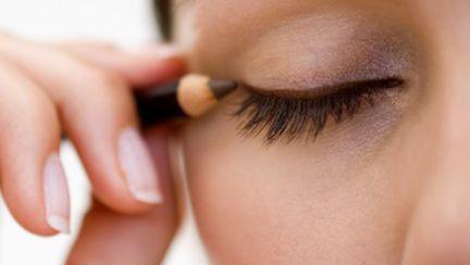 10 trucuri de make up care te întineresc