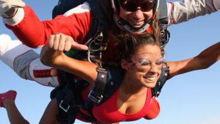 Roxana Vancea a sărit cu paraşuta în costum de baie