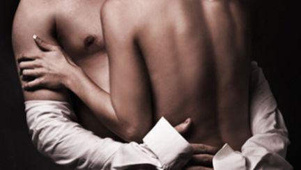 Cum îţi exciţi iubitul în timp ce îl dezbraci