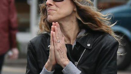 Sarah Jessica Parker se roagă pe stradă. Crezi că a înnebunit?