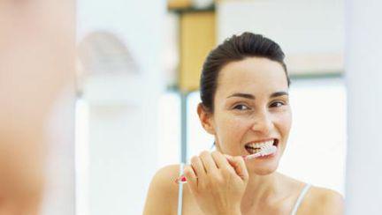 De ce îţi sângerează gingiile şi cum le vindeci