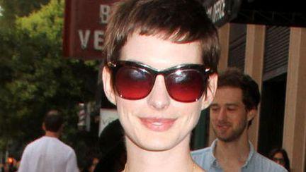 Poze: Anne Hathaway, superbă într-o little black dress