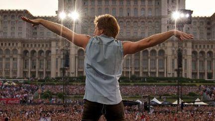 Jon Bon Jovi şi-a pus poza cu Casa Poporului pe Facebook