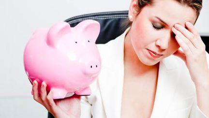 De ce îşi fac femeile griji pentru bani
